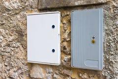 两反对石头和砖wa的电子塑料接线盒 免版税库存图片