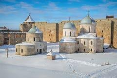 两古老东正教在Ivangorod堡垒 冬天 俄国 免版税库存照片