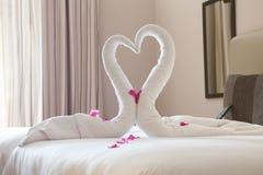 两只天鹅由毛巾制成 免版税图库摄影