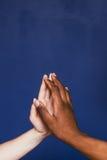 两只手,种族对比,指尖接触特写镜头 库存照片