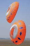 两只橙色圆的风筝 库存图片