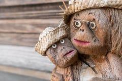 两只猴子小雕象  免版税库存照片