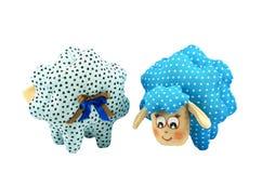 两只玩具羊羔,一块蓝色有斑点的第二块绿松石玷污了 库存图片