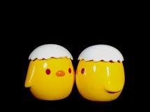 两只生动的黄色亲吻的婴孩小鸡陶瓷玩偶 库存图片