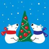两只白熊临近圣诞树 免版税库存照片