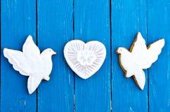 两只白色鸠和姜饼干的心脏 构成在中心 日s华伦泰 平的位置 图库摄影