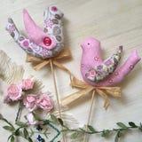 两只纺织品春天鸟,装饰玩具 免版税库存图片