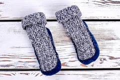 两只羊毛被编织的袜子 库存图片