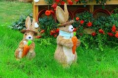 两只逗人喜爱的小的复活节兔子 免版税图库摄影