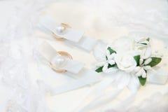 两只金子婚礼金戒指 言情 库存照片