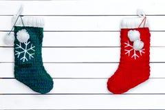 两只雪花被仿造的圣诞节长袜 免版税库存图片
