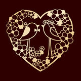 两只鸟婚礼在花中的 花透雕细工心脏花圈  激光切口或阻止的模板 图库摄影