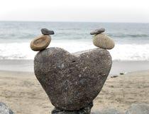 两只鸭子逗人喜爱的岩石艺术雕象在海滩的 免版税库存照片