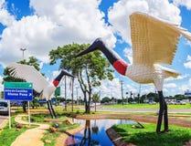 两只Tuiuiu鸟雕塑在格兰德营` s Airpor前面的 库存图片