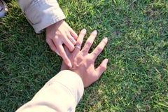 两可爱的夫妇的手 免版税库存图片