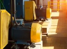 两台大电动机在生产车间,以阳光为背景,电动机 免版税库存图片