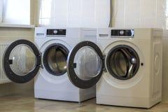 两台开放洗衣机在卫生间里 库存图片
