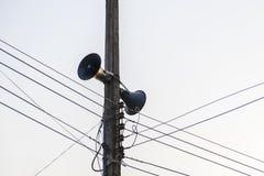 两台扩音器在一根电杆被安装 库存图片