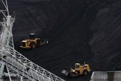 两台推土机移动的煤炭 库存图片