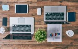 两台膝上型计算机,两个工作场所 免版税图库摄影