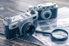 两台葡萄酒影片照相机,在的一个黑白底片 免版税库存图片