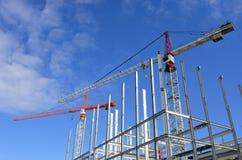 两台起重机在新的建筑工地 免版税库存图片