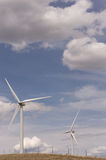 两台风车在多云天空下在农村蒙大拿 免版税库存照片
