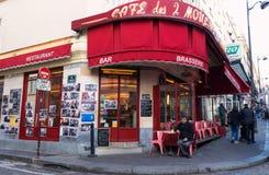 两台风车的咖啡馆des 2穆兰法国人是在蒙马特,巴黎,法国的一个咖啡馆 库存照片