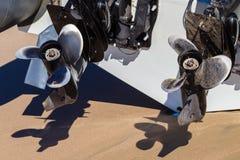 两台滑雪小船支柱外置马达 免版税库存照片