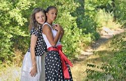 两叶子围拢的浪漫女孩 免版税库存照片