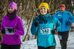 两名中年妇女跑 库存图片