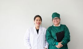 两名亚洲医护人员微笑 亚裔医生画象  免版税库存照片
