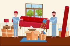 两名人工作者运载一个红色沙发 运动的箱子在新房里 议院客厅内部 堆被堆积的纸板箱 皇族释放例证