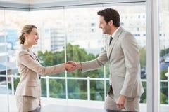 两名企业工作者握手 库存照片