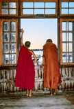 两名修士在修道院看在窗口外面Inle湖 免版税库存图片