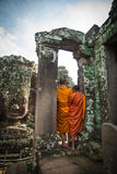 两名修士在吴哥窟,柬埔寨 免版税库存图片