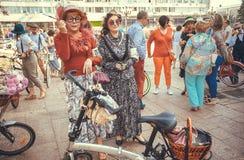 两名前辈妇女在葡萄酒与青年时期的衣物会议在城市节日期间在欧洲 免版税图库摄影