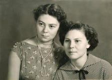 两名可爱的妇女葡萄酒画象  免版税库存图片