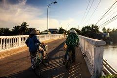 两名地方妇女是在途中对地方市场, Cua戴, Quang Nam 库存照片