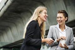 两名女实业家在办公室外 库存照片