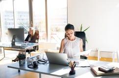 两名女实业家在的办公室 免版税库存照片
