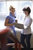 两名女实业家开非正式会议在办公室 免版税库存图片