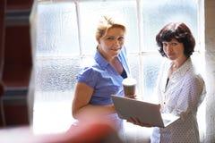两名女实业家开非正式会议在办公室 免版税图库摄影