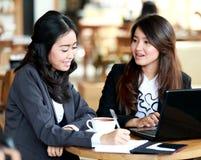 两名女实业家谈论关于他们的工作 库存图片