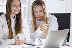 两名女实业家谈论工作在办公室 免版税库存照片