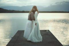 两名妇女一起拥抱 图库摄影