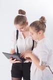 两名妇女与膝上型计算机一起使用 图库摄影