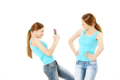 两名妇女做照片到手机 图库摄影