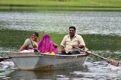 两名妇女和一个小船人在湖 免版税库存图片