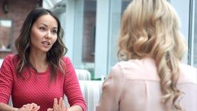 两名妇女在一次会议上在咖啡馆 免版税图库摄影